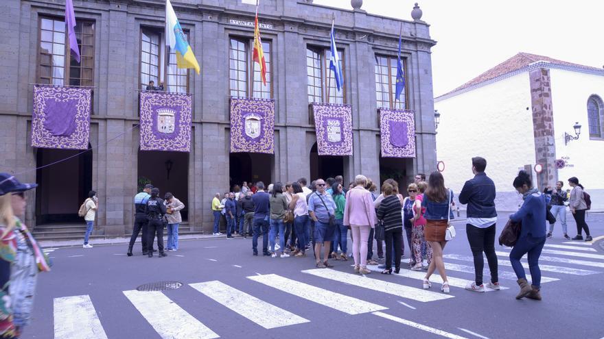 Colas para entrar al pleno de La Laguna, en momentos previos a la celebración de la sesión, a las 12.00