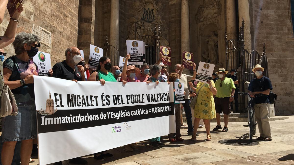 Concentración a la entrada del Micalet de València.