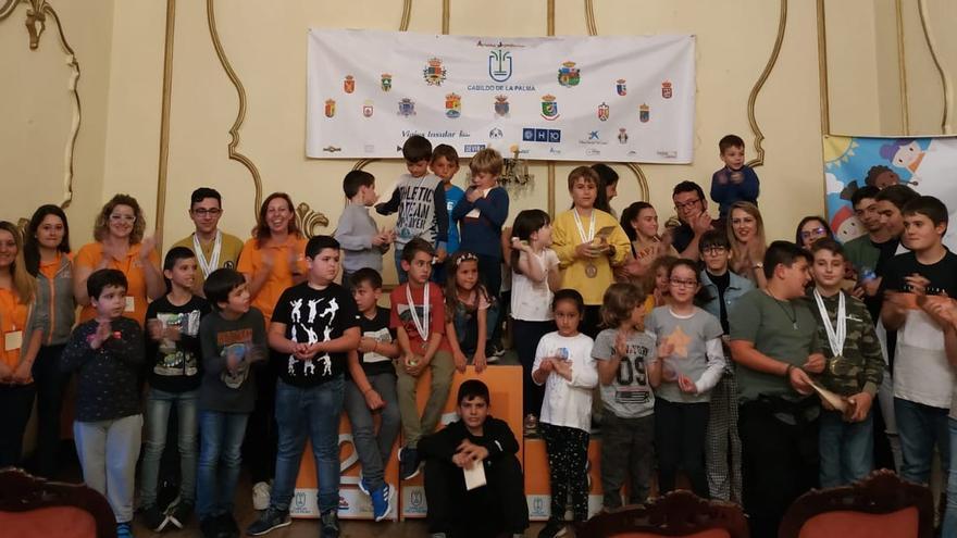 Foto de familia de las olimpiadas en el Club Náutico.