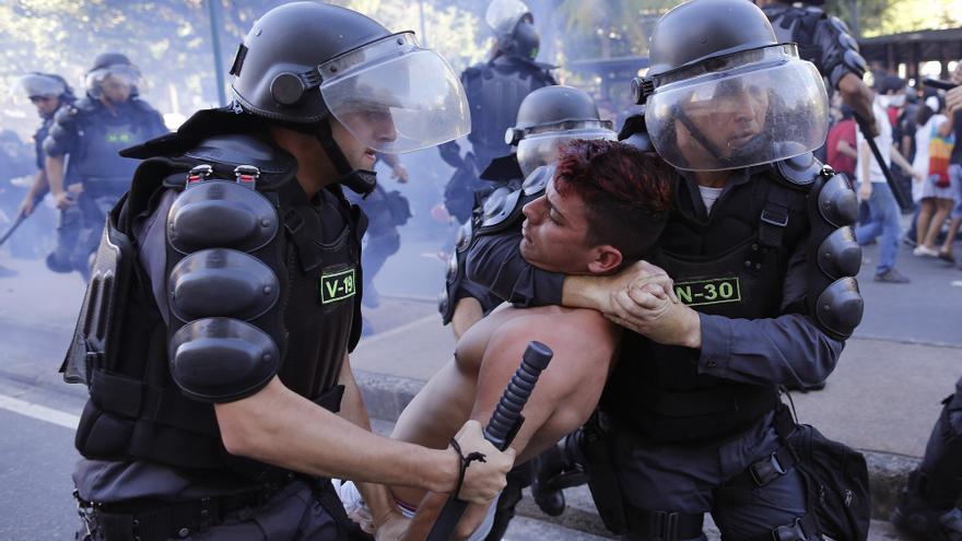 JUNIO. Decenas de manifestantes pacíficos fueron detenidos arbitrariamente y maltratados por la policía mientras Brasil se disponía a albergar la Copa Mundial de Fútbol. © AP Photo/Leo Correa