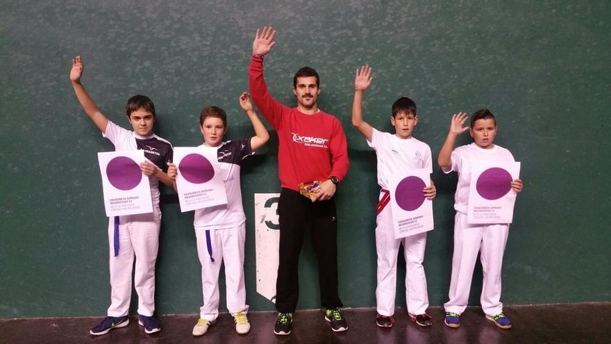La Diputación de Bizkaia recibe un centenar de fotografías de equipos de deporte escolar con el 'punto lila'