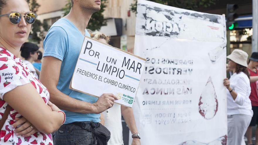 Participantes en la protesta muestran sus mensajes contra el vertido de aguas sin depurar