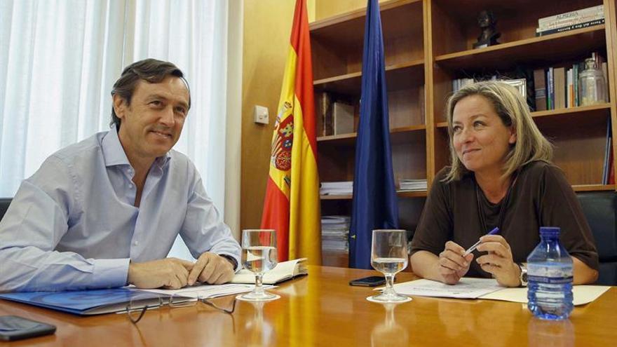 El portavoz parlamentario del PP, Rafael Hernando (i), y la diputada de Coalición Canaria (CC), Ana Oramas