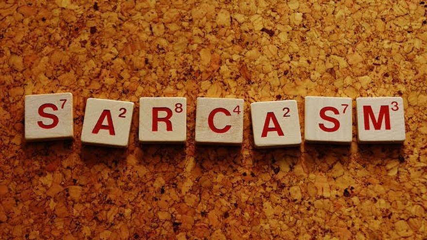 Fichas de Scrabble formando la palabra 'sarcasmo' en inglés