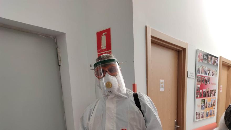 Jorge Tejera en tareas de desinfección del Centro de Atención a Personas con Discapacidad Intelectual Grave (CADIG) 'El Crisol'