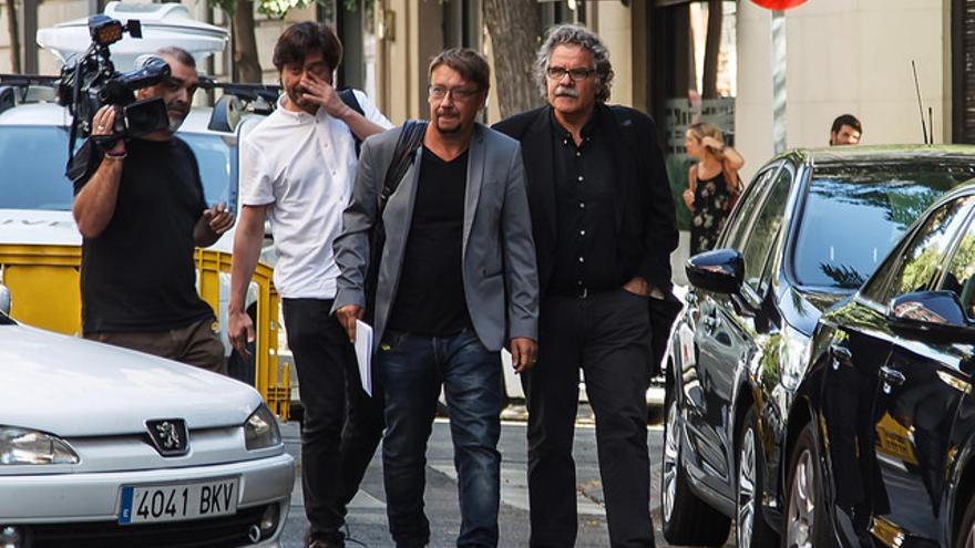 El portavoz de En Comú, Xavier Domènech, el de ERC, Joan Tardá, y el diputado de Podemos Rafael Mayoral, antes de la reunión del pacto antiyihadista.