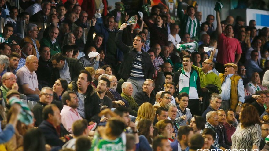 Aficionados durante un partido de esta temporada en El Arcángel | MADERO CUBERO