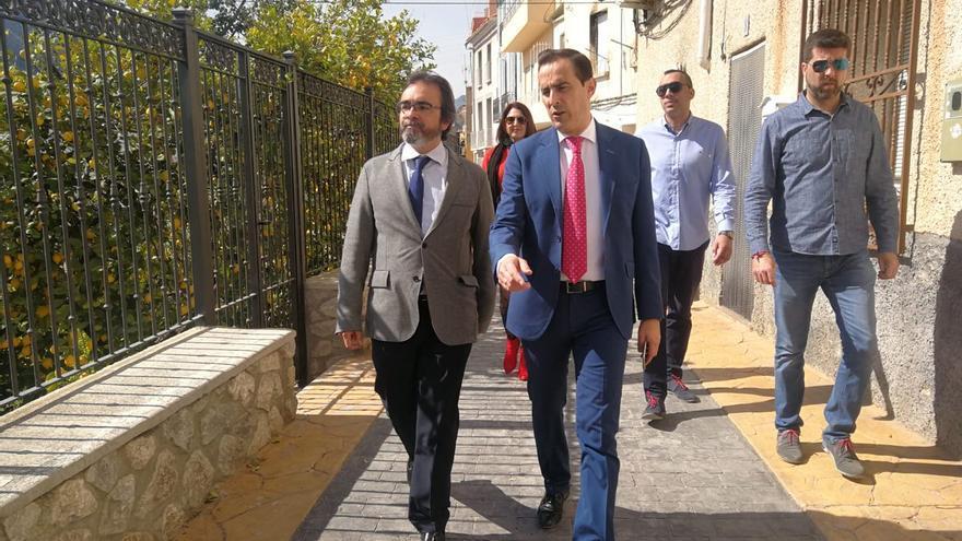 Víctor Manuel López Abenza, alcalde de Ulea y diputado regional, con el consejero de Presidencia, Pedro Rivera