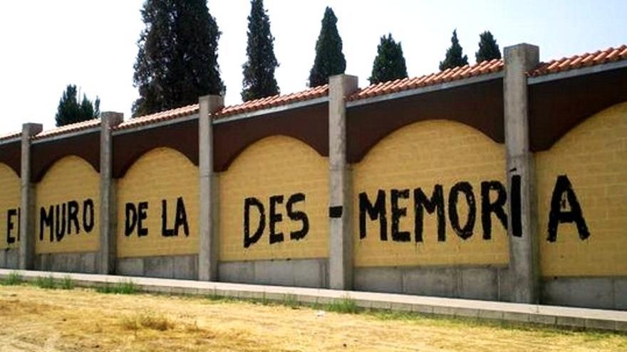 El equipo de Gobierno del PP tapó en 2009 con un muro las tapias del cementerio viejo de Badajoz, donde se cometieron parte de los crñimenes de agosto de 1936 / http://armhex.blogspot.com.es/