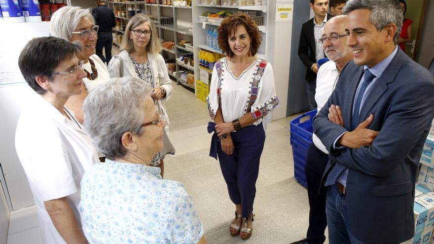 Pablo Zuloaga, a la derecha, en su visita de hoy a la Cocina Económica de Santander | LARA REVILLA