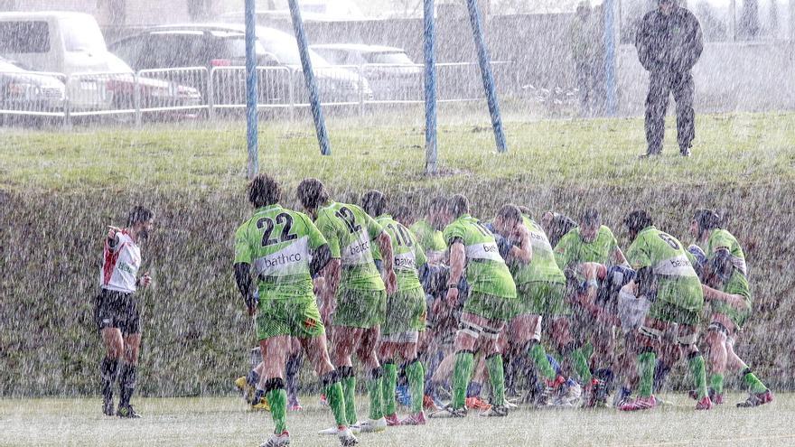 Los jugadores del Bathco disputan bajo un intenso aguacero un partido de Copa del Rey de Rugby contra el Cisneros de Madrid. Santander (Cantabria). 01/02/2015. | FOTO: ROMÁN ALONSO