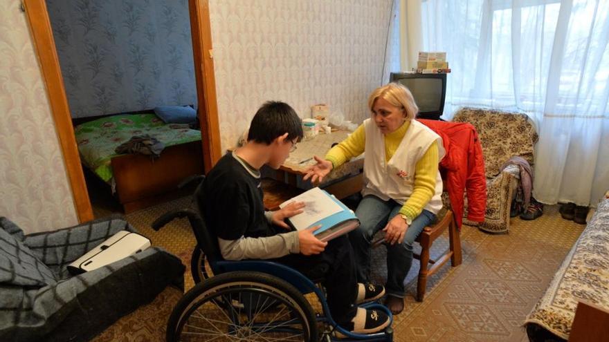 Ilya, 14 años, tiene parálisis cerebral. Ilya ha estado viviendo con sus padres en este centro en Svyatogorsk desde julio. Dejaron su casa en la ciudad de Donetsk antes de que los combates subieran de intensidad ya que no podían bajar a Ilya a un sótano cuando empezaban los bombardeos. Ilya está muy preocupado por sus parientes  que permanencen aún en Donetsk. Fotografía: Corinne Baker / MSF