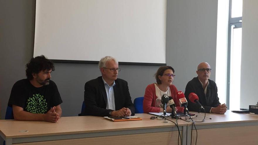 La consellera de Medio Ambiente, Elena Cebrián, junto a Jürgen Resch (izquierda).