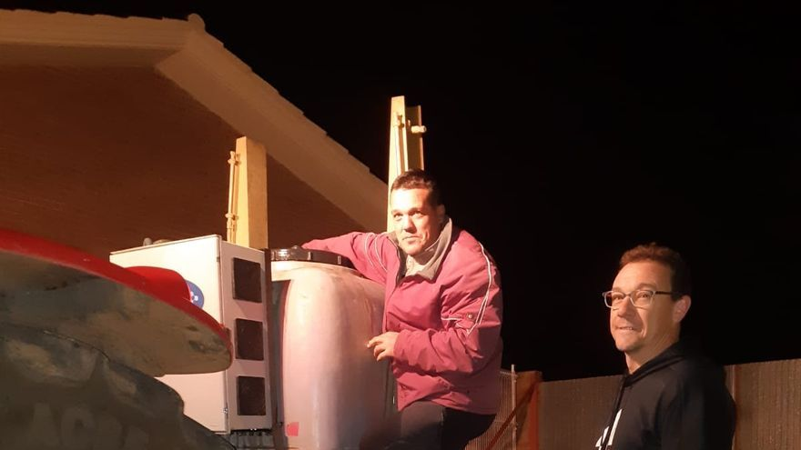 Jose Manuel Cebrian, alcalde de Paniza y Jesus Julian en las tareas de desinfección