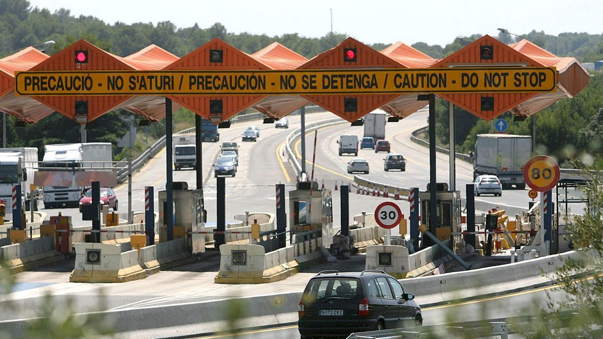 Peajes de la AP-7 a la altura de El Vendrell, Tarragona.
