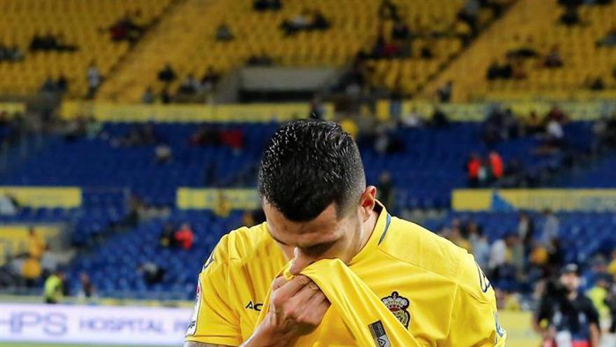 Vitolo abandona el terreno de juego tras lesionarse. EFE / Quique Curbelo.