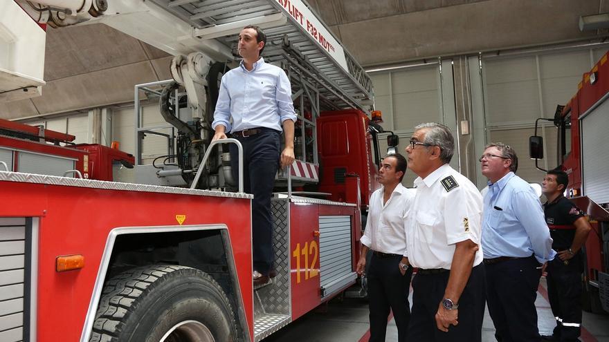 El presidente de la Diputación de Alicante, César Sánchez, durante su visita a un parque de bomberos