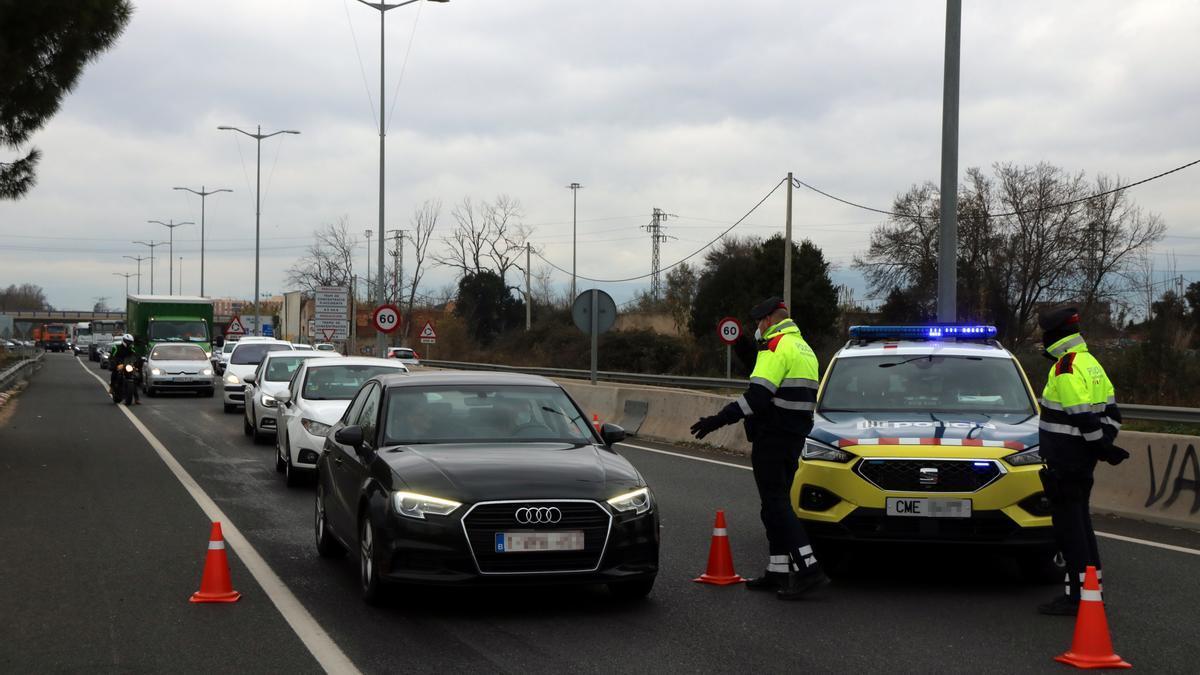 Los Mossos forman un control de movilidad a la entrada de Tarragona, en enero pasado