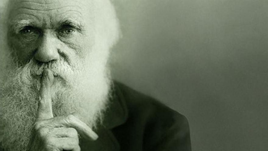 Fotografía de Charles Darwin que el Natural History Museum de Londres utillizó, modificándola (dedo photoshop), para el póster conmemorativo de la exposición con motivo de su bicentenario