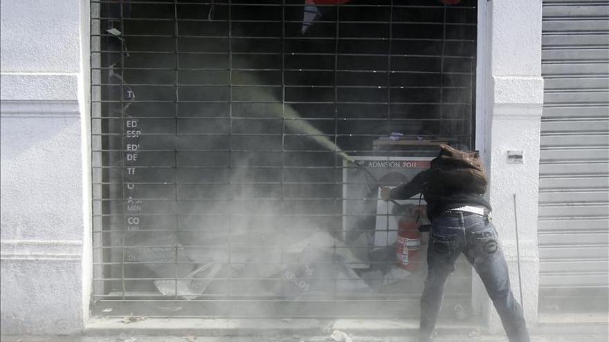 Miles de chilenos celebran el Día del Trabajo en una marcha con disturbios