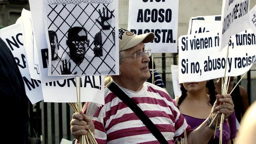 Cien personas piden en Sol justicia por la muerte del mantero Mor Silla
