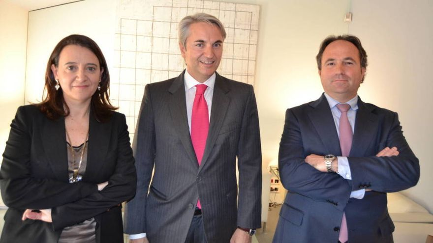 Rosa Vidal, Manuel Broseta y Alejandro Ríos, socios y presidente (centro) de Broseta Abogados.