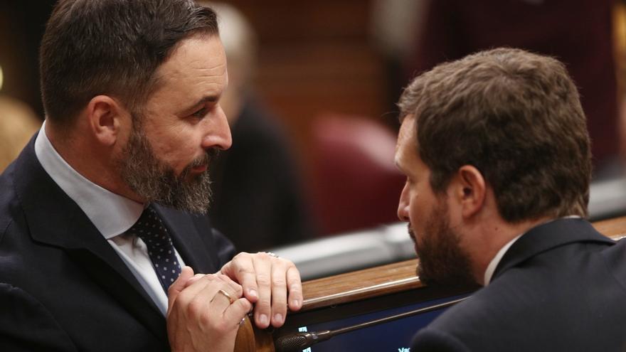 Abascal y Casado conversan en el escaño del líder del PP