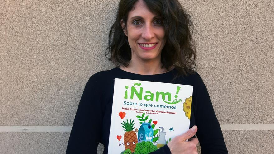 La periodista Diana Oliver con su libro '¡Ñam! Sobre lo que comemos'
