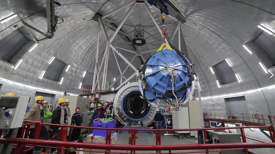 Traslado de Emir con grúa hasta la plataforma Nasmyth-A del Gran Telescopio Canarias. Crédito: Iván Jiménez / IAC.