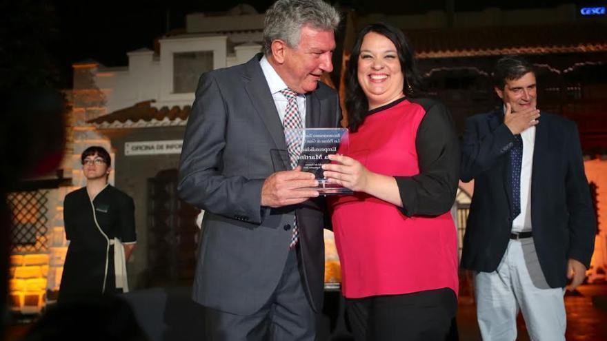 Pedro Quevedo entrega el galardón a la periodista Lucía Martínez. (ALEJANDRO RAMOS)