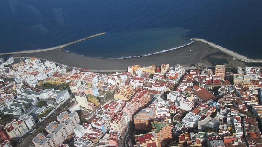 Vista aérea de la playa de Santa Cruz de La Palma. Foto: LUZ RODRÍGUEZ.