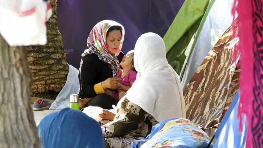 Un grupo de mujeres afganas en el campamento para refugiados improvisado en el Campo de Marte, un parque en el centro de Atenas. / EFE.