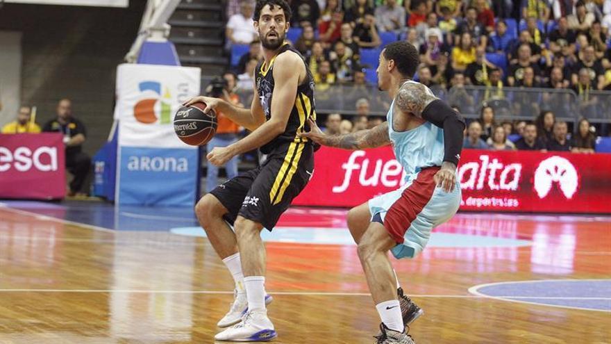El alero del Iberostar Tenerife, Javier Beiran (i), protege el balón ante la presencia del escolta francés del FC Barcelona Lassa, Edwin Jackson.