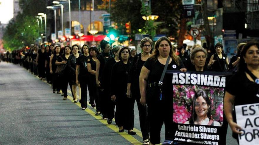 Uruguay se viste de negro y marcha en silencio contra la violencia a la mujer