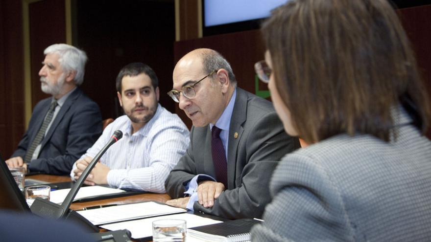 El consejero de Salud, Jon Darpón, con Múgica, en una comisión parlamentaria