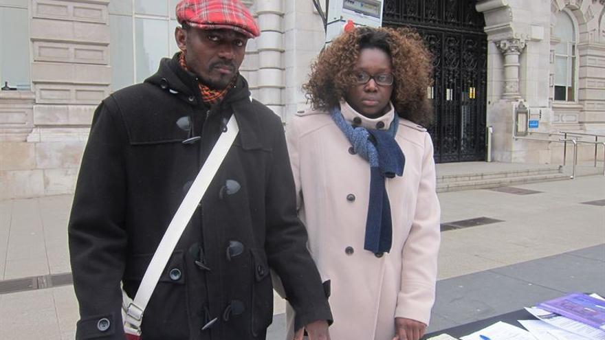 Los padres de 'W', en la plaza del Ayuntamiento de Santander, durante un acto organizado para dar a conocer su caso.