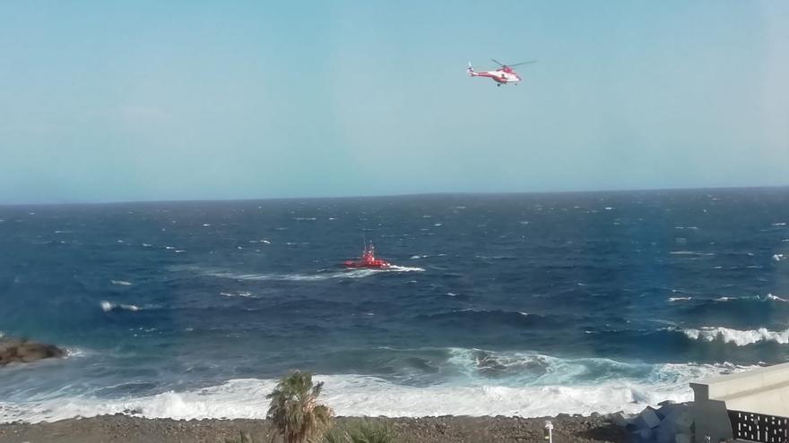 En la imagen, el helicóptero del GES y la Salvamar en las tareas de búsqueda.