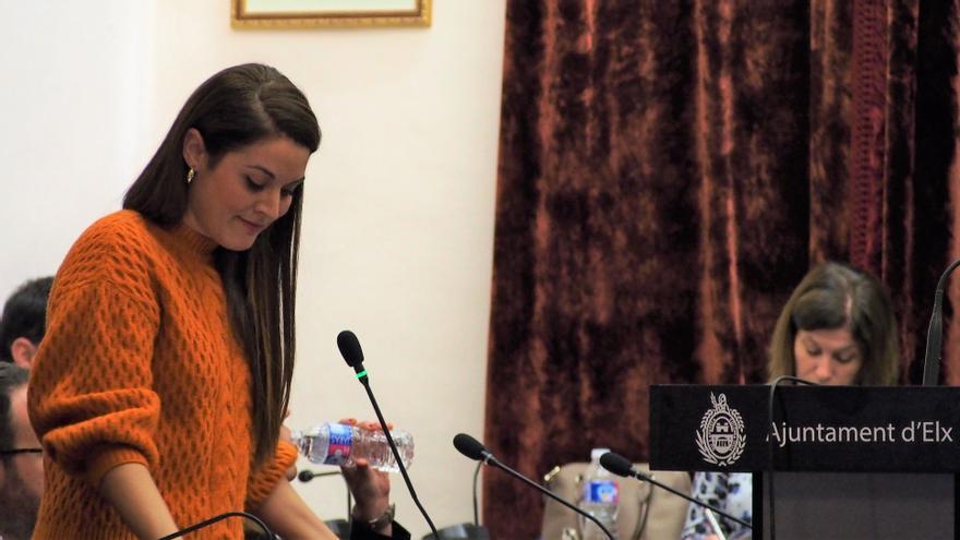 La concejala de Compromís Mireia Mollà interviene en el pleno de Elche