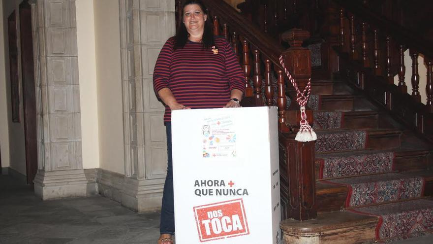 En la imagen, la concejal Gazmira Rodríguez con la 'caja solidaria' de la campaña 'Ahora más que nunca'.