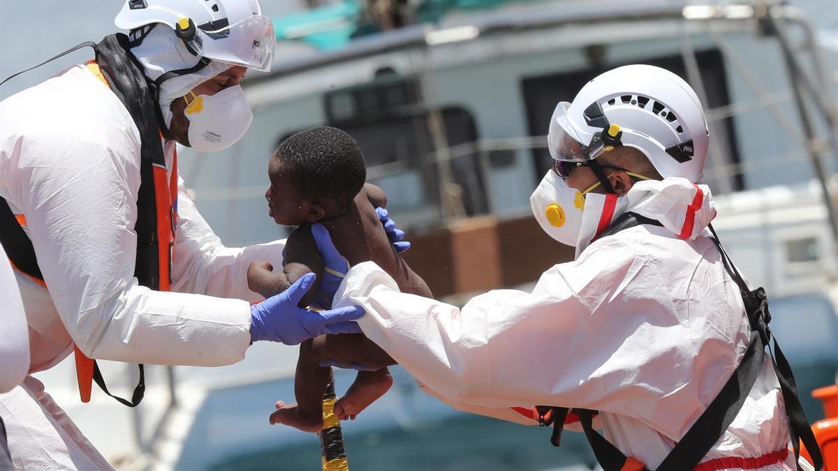 Salvamento Marítimo ha rescatado este domingo a 45 personas -ocho niños y 24 mujeres entre ellas- de una patera que se encontraba a 38 kilómetros al sur de Gran Canaria.