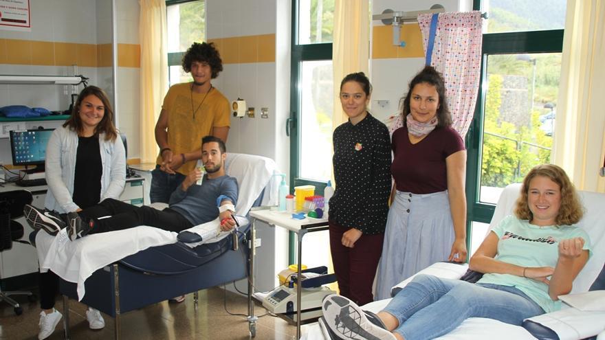 Los jóvenes del programa Erasmus en el Banco de Sangre del Hospital.