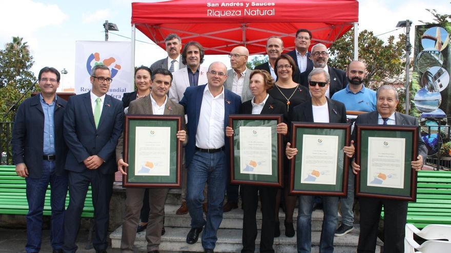 En la imagen, los nuevos cuatro embajadores de de 'Buena Voluntad' de la Reserva Mundial de la Biosfera La Palma, con autoridades de la Isla.
