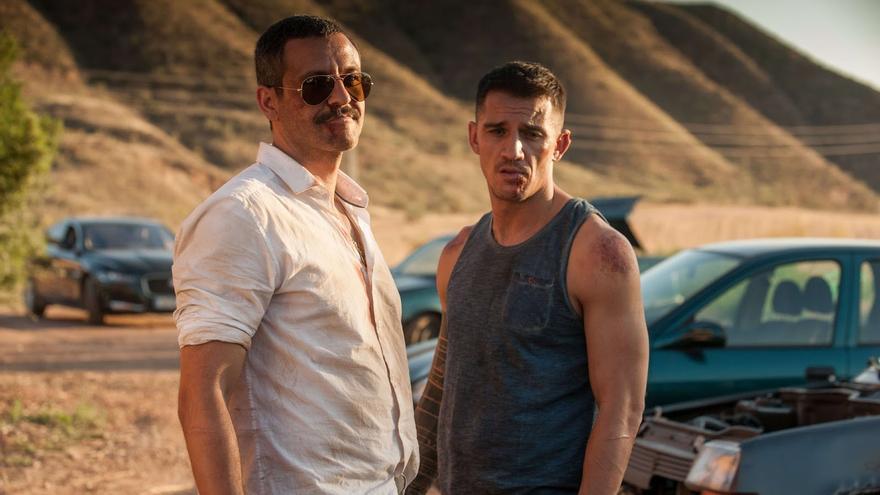 Los actores Isak Férriz y Juan Carlos Librado (Nené) en un fotograma de la serie 'Gigantes'