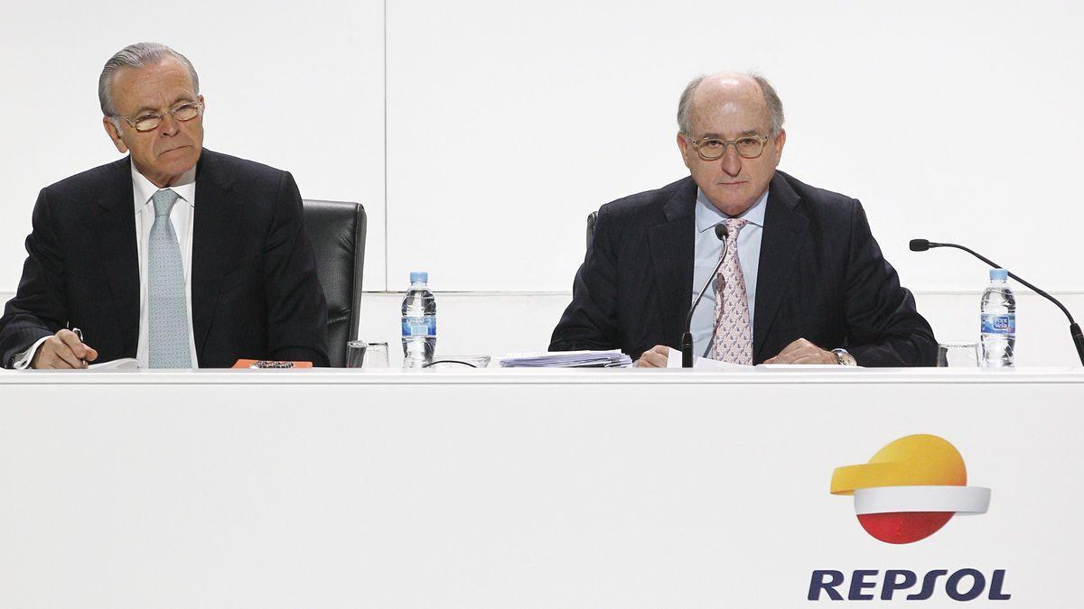 El expresidente de CaixaBank Isidro Fainé y el presidente de Repsol, Antonio Brufau, en una Junta General de Accionistas de Repsol en 2014.