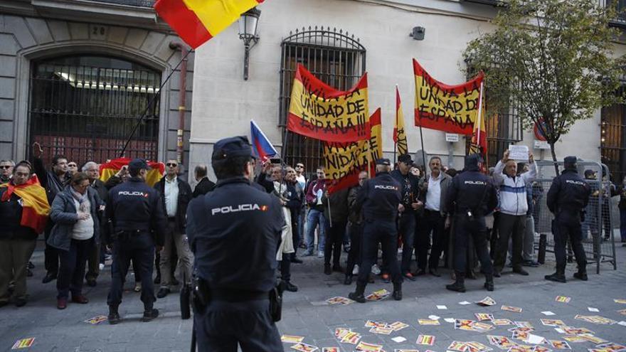 Medio centenar de personas abuchean a Mas a su llegada al Ateneo de Madrid
