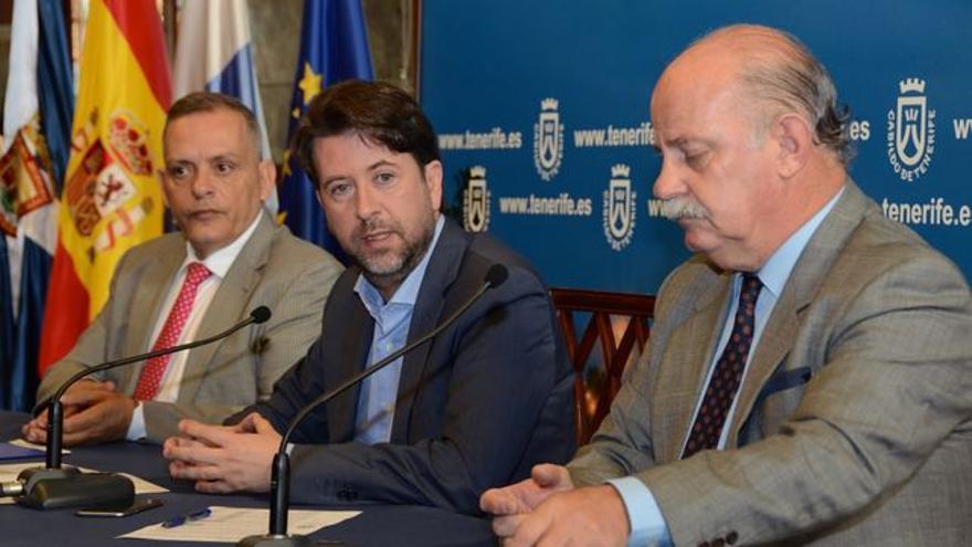 Efraín Medina, Carlos Alonso (presidente del Cabildo de Tenerife) e Ignacio Pintado, gerente dimitido