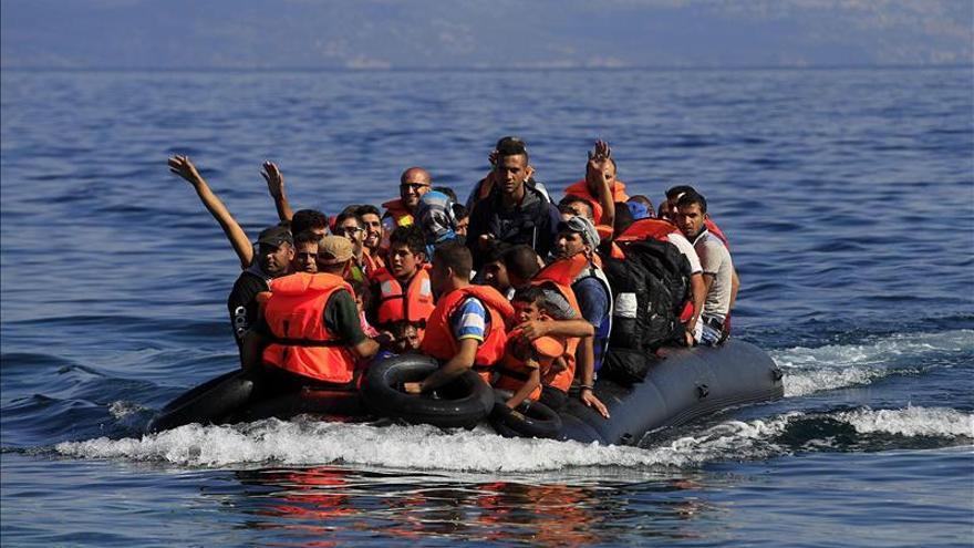 Imagen de archivo de regufiados a su llegada a la costa de Mytilini en la Isla de Lesbos (Grecia) ayer, 14 de septiembre de 2015. / Efe.
