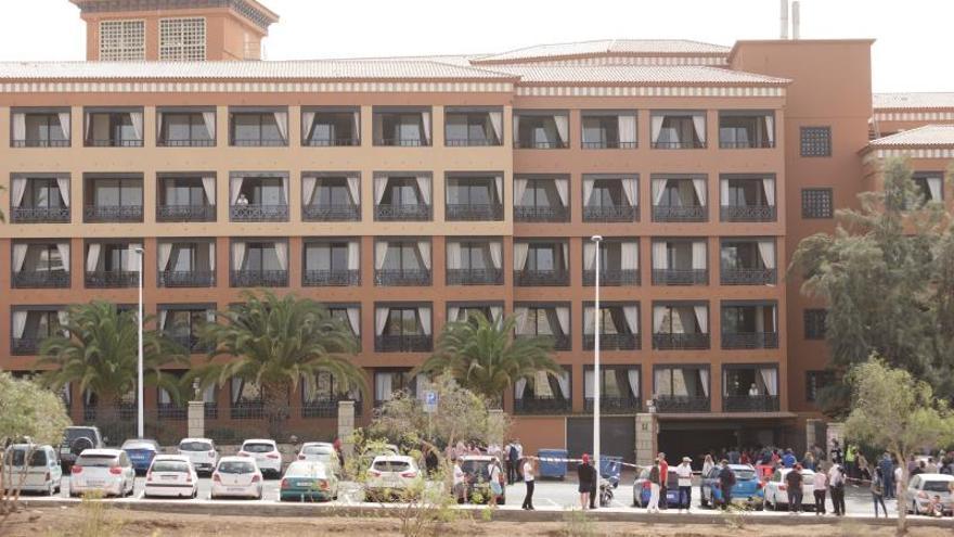 Cuarenta trabajadores realizan las tareas de 180 en el hotel de Tenerife en aislamiento