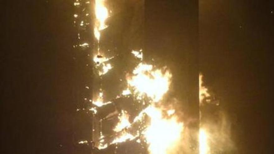 Incendio en 'La antorcha', uno de los rascacielos más emblemáticos de Dubai. / @immacas8
