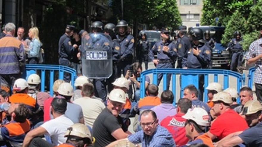 Mineros Sentados Frente A Los Antidisturbios